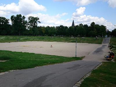 Blick in die Sandgrube im Volkspark Friedrichshain aus Westen.