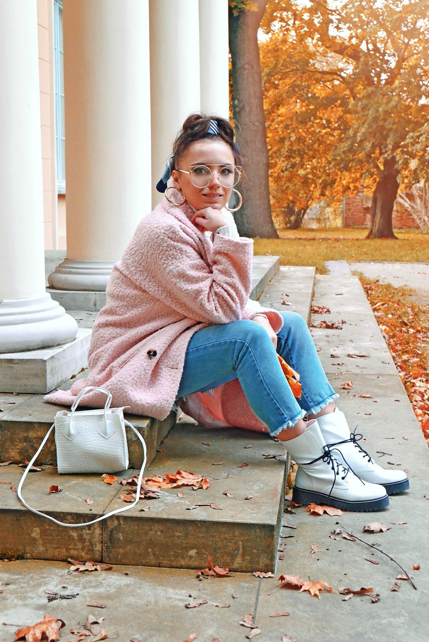 blog modowy blogerka modowa karyn puławy różowy oversizowy płaszcz bonprix biały golf niebieskie jeansy białe trapery ccc jesienny look torebka aliexpress okulary kujonki złote kolczyki naszyjniki z literkami