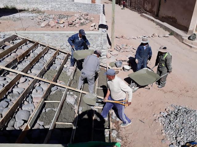 Die Treppen zur Kirche hoch werden gegossen. Es bedarf vieler Helfer.
