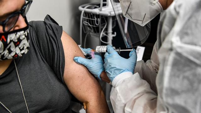 Το ανακοίνωσαν σήμερα - Ρώσοι επιστήμονες θεωρούν ότι ο συνδυασμός των δύο εμβολίων είναι πιθανόν να αυξήσει κατά πολύ την αποτελεσματικότητά τους Η AstraZeneca και η Ρωσία ανακοίνωσαν κοινές κλινικές δοκιμές, στις οποίες θα συνδυάζονται τα εμβόλιά τους κατά της Covid-19.