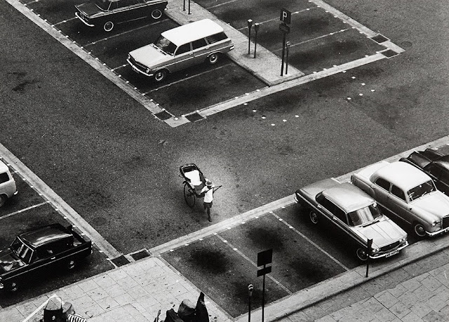 "Foto: Yau Leung, ""Rickshaw and Automobile"", 1960-70s. // imagenes chidas, historicas, bellas, hong kong antiguo, blanco y negro, cool pictures, vintage photos."