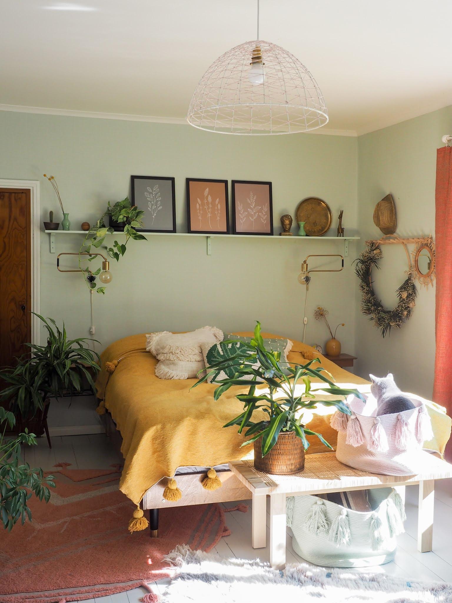 makuuhuoneen värikäs sisustus