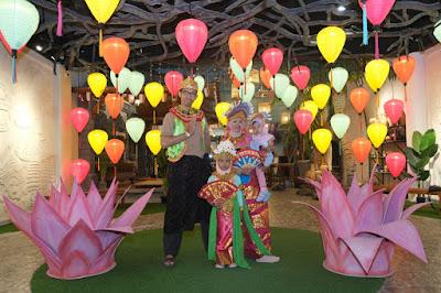 Mencoba kostum tari Bali di Kampung Langit The Keranjang Bali