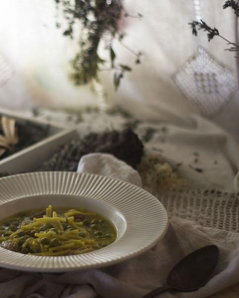 Fideos con salchichas frescas y guisantes