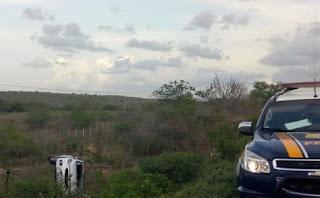 Carro capota próximo a Soledade; veículo diminui velocidade para observar e causa outro acidente