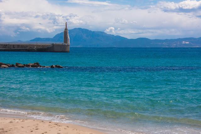 Praia em Tarifa, na Espanha, o berço da Andaluzia com o Marrocos ao fundo