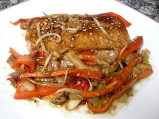 Salmón con soja, sésamo al horno y verduras salteadas al wok.