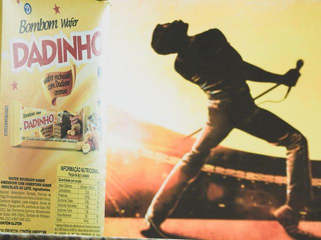 Caixa de Bombom Dadinho ao lado de quadro de Freddie Mercury