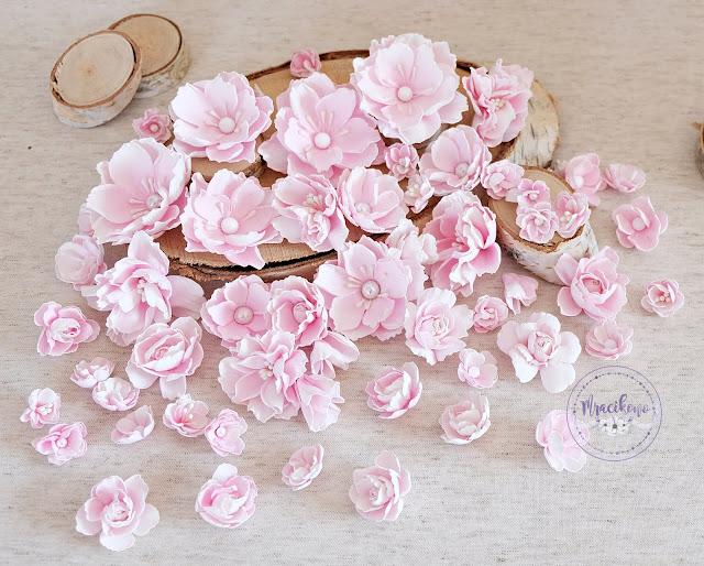 Różowe kwiaty z foamiranu