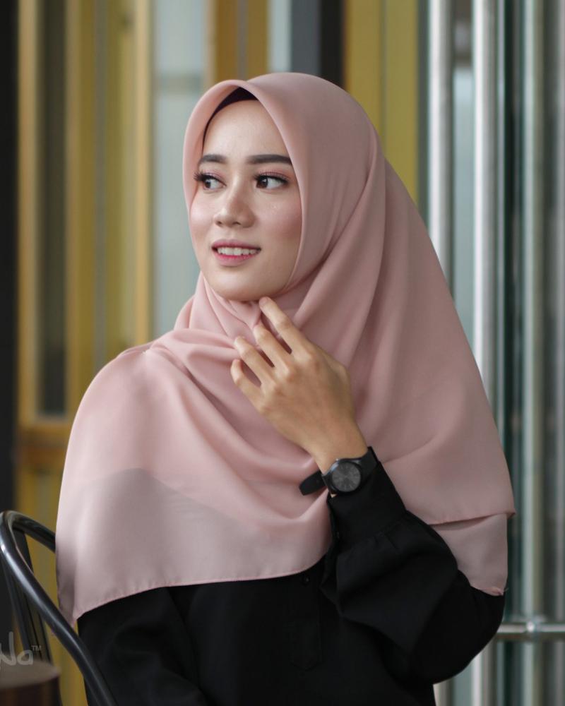 Jilbab Segi Empat Polos Warna Nude trend baju lebaran tahun 2020