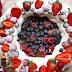 Roscón de nata con fresas y frutos rojos muy fácil