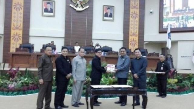 Penyerahan dokumen KUA-PPAS dari Ketua DPRD Sulut Andrei Angouw kepada Gubernur Sulut, Olly Dondokambey