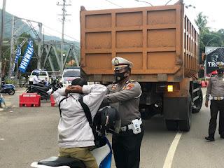Sat Lantas Polres Enrekang Berikan Himbauan Dan Bagikan Masker Kepada Pengendara
