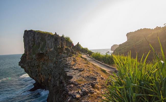 Xvlor.com Ngeden Beach is hidden coastline and white sand between karst cliffs