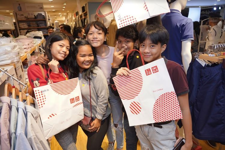 100 children from Bantay and SOS Children's Villages Philippines were treated to a holiday shopping spree.