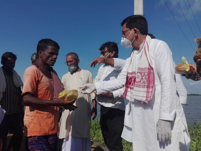 बर्री के माधोपुर में बाढ़ पीड़ितों के बीच दिए भोजन के पैकेट