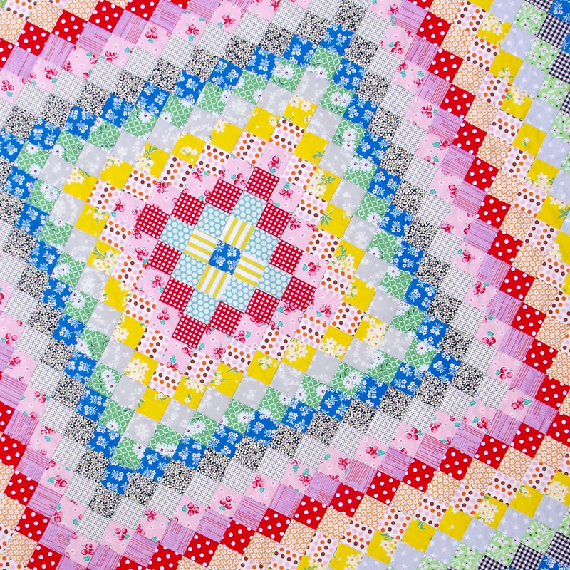 A Hand Pieced Trip Around the World Quilt | © Red Pepper Quilts 2020