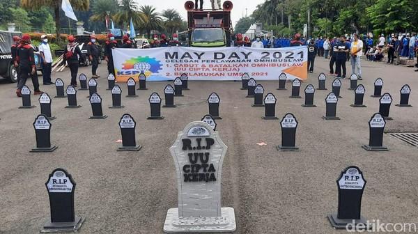 May Day 2021, Massa Buruh Bawa Nisan Bertulis 'RIP UU Cipta Kerja'