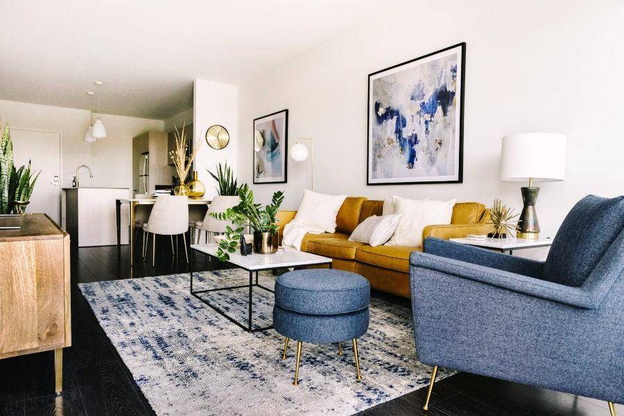 Niewielkie mieszkanie z klasą, wystrój wnętrz, wnętrza, urządzanie domu, dekoracje wnętrz, aranżacja wnętrz, inspiracje wnętrz,interior design , dom i wnętrze, aranżacja mieszkania, modne wnętrza, apartament, apartment, mieszkanie, złote dodatki, niebieskie dodatki, prostota, minimalizm, salon, kanapa, industrialny stolik, stolik kawowy, prostokątnystolik, living room, musztardowa kanapa, niebieski dywan, kuchnia, kitchen,