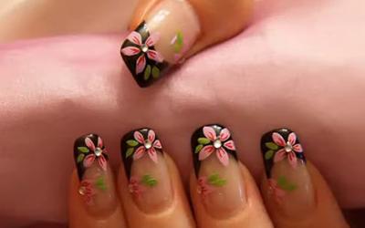 resultado final das unhas decoradas com flores