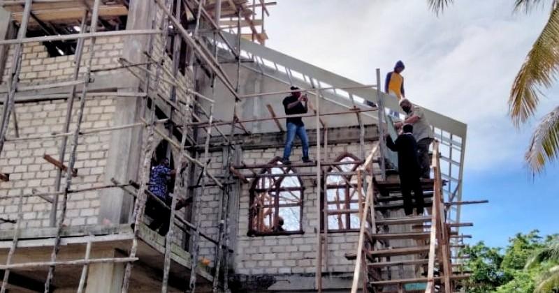 Viral, Bupati Muslim di Maluku Tenggara Bantu Pasang Atap Gereja