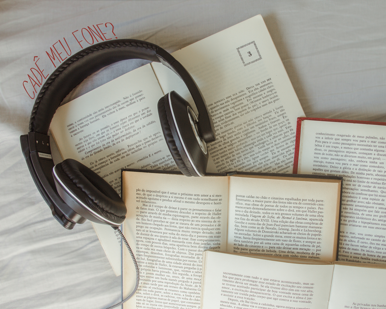 Livro aberto com fone de ouvido.