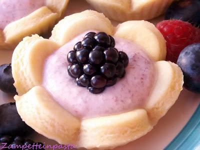 Tartellette a forma di fiore con mousse di yogurt e panna