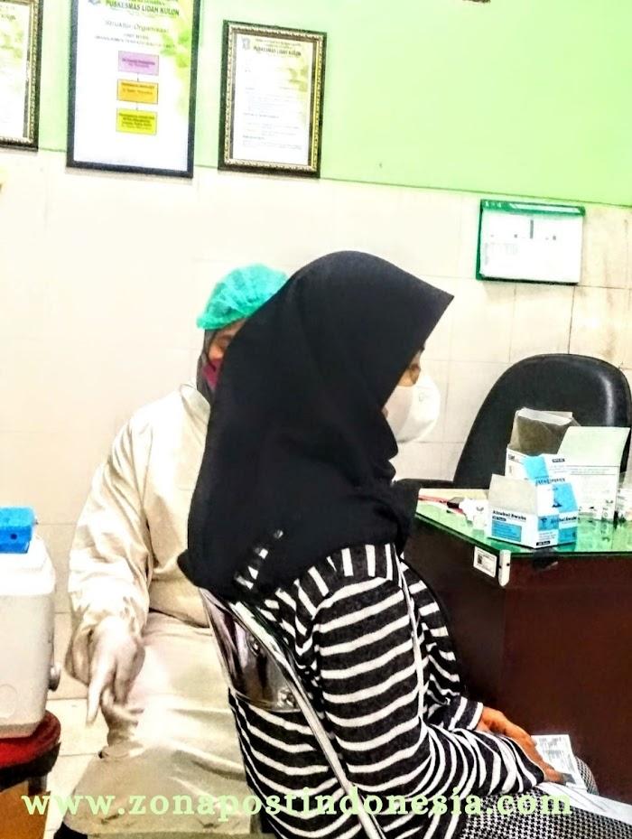 Vaksin Dosis Ke-2 SINOVAC di Puskesmas Lidah Kulon, Dibanjiri Warga