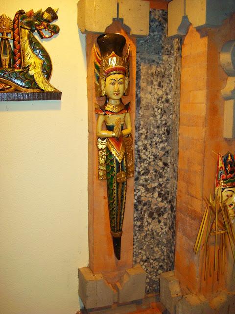 Изображение украшения в виде фигурки на стене отеля