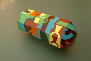 Polyèdre allongé peint avec des formes colorées