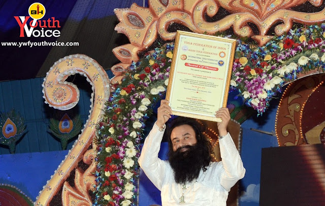 Saint Dr. Gurmeet Ram Rahim Singh Ji Insan showing award of honour to his fans given by International Yoga Sports Federation