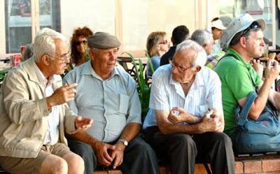 Ancianos conversando