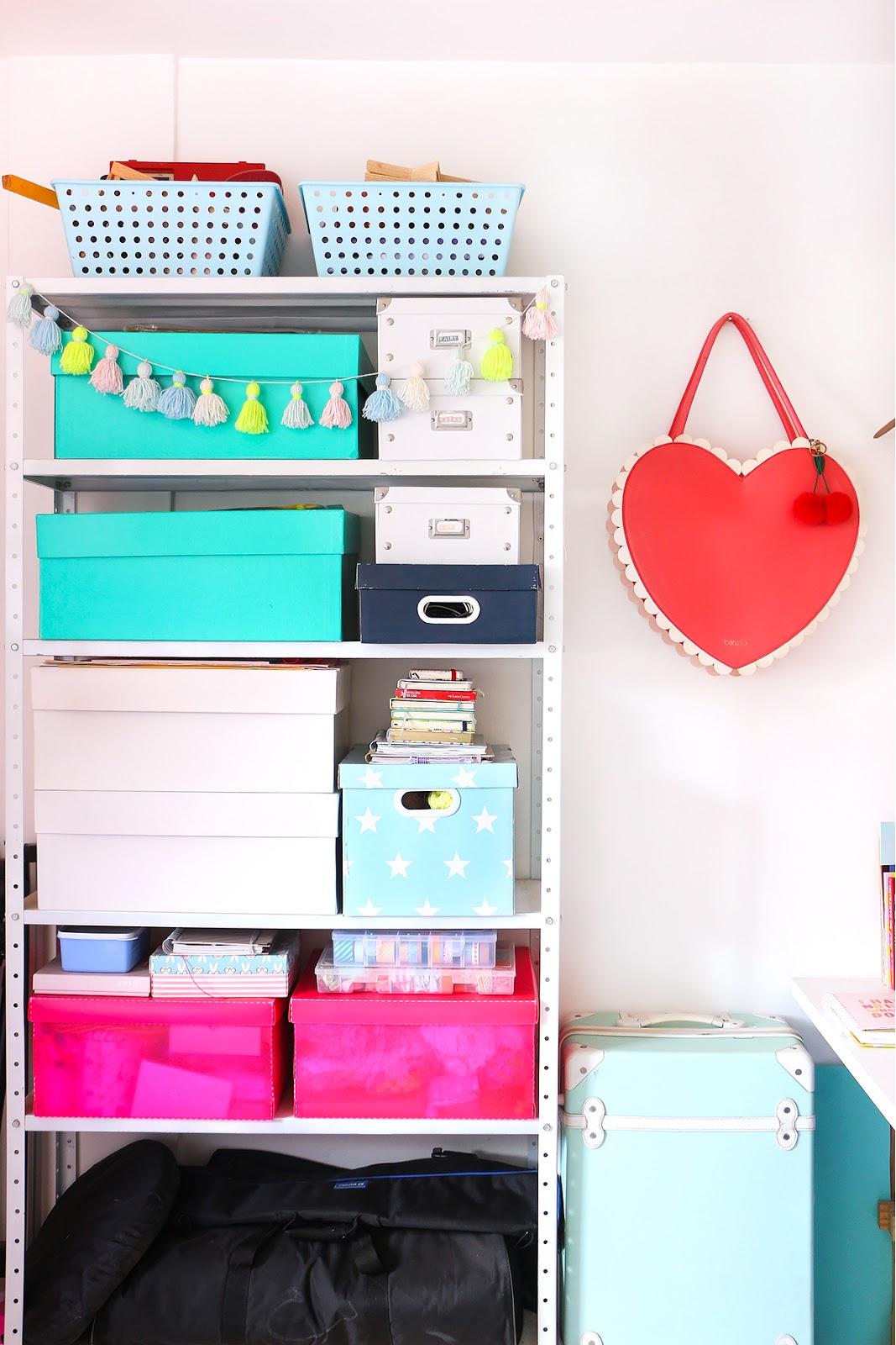 prateleira caixas organizadoras escritorio em casa