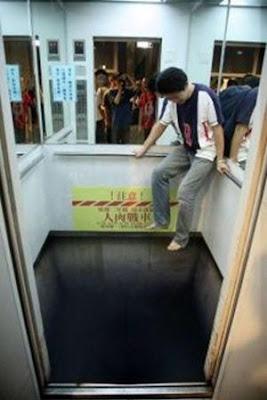 broma en el piso de un elevador