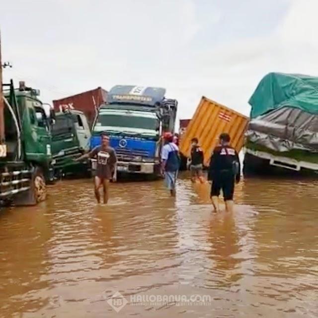 Truk Bermuatan Barang Amblas Hingga Terbalik di Jl. Gubernur Syarkawi