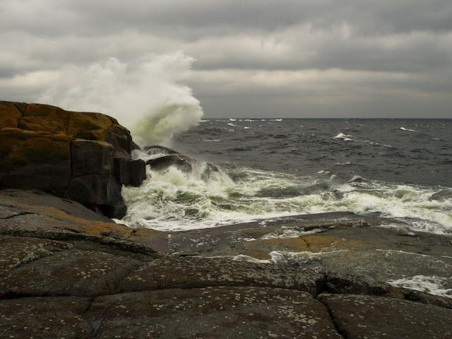 Vesi lentää korkealle aallon osuessa rantakallioon
