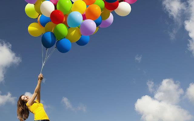 Vrouw met grote tros ballonnen
