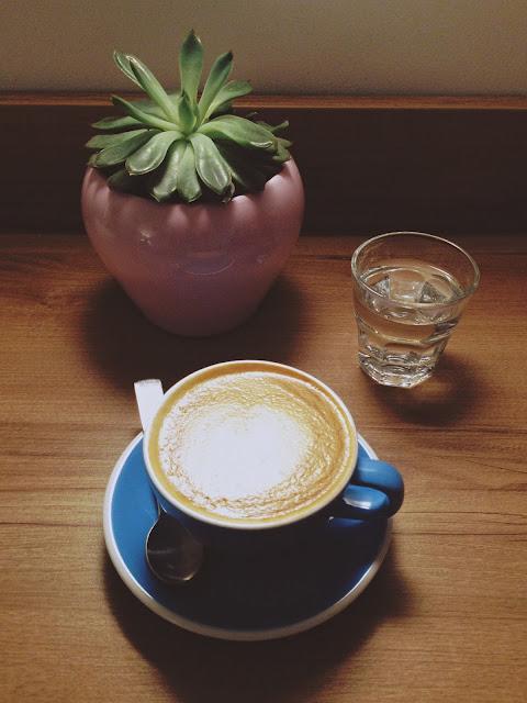 Najlepšie mandľové kapučíno robia vo Sweet Beans Coffee.