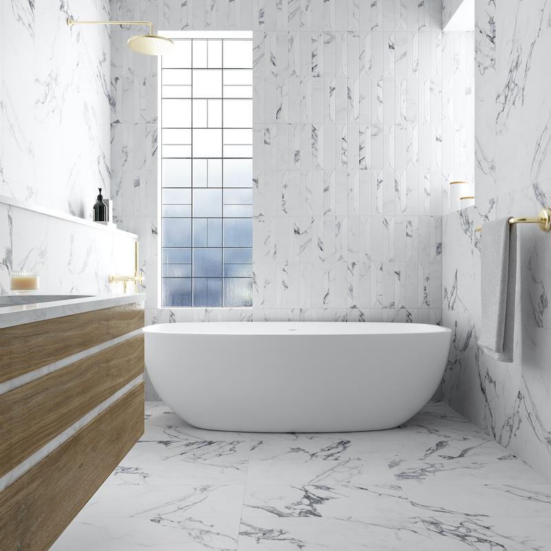 Pavimento cerámico imitación mármol en el baño