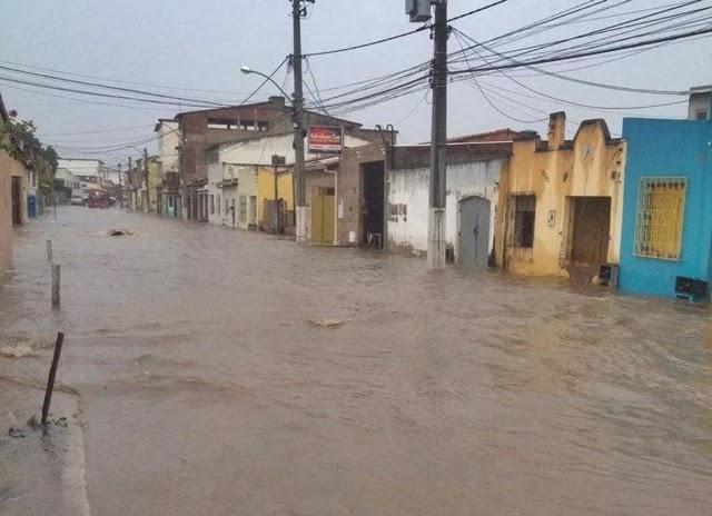 Uma chuva de aproximadamente uma hora deixou diversos pontos da cidade alagados, na tarde desta segunda-feira (30).
