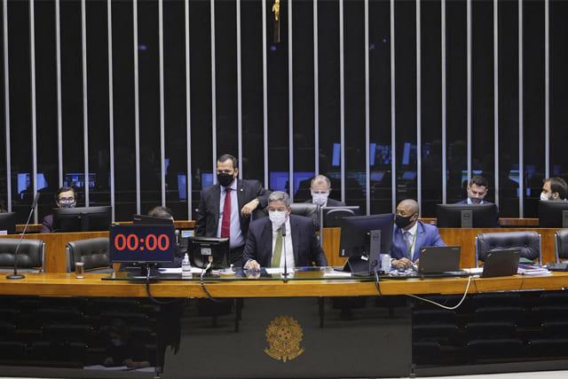 Câmara aprova projeto de lei que torna escolas serviços essenciais