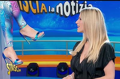 piedi scarpe tacchi alti velina Mikaela Michelle Hunziker striscia la notizia 22 aprile