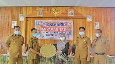 Pelatihan Anyaman Tas di Lilirilau di Masa Pandemi, Ketua Dekranasda Soppeng Beri Apresiasi