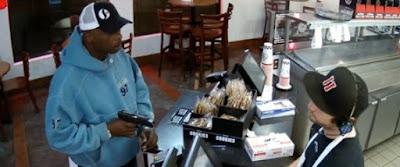 Τέρας ψυχραιμίας: Η απίστευτη αντίδραση υπαλλήλου όταν γίνεται ένοπλη ληστεία στο μαγαζί του