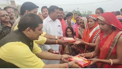 विदेशी शांतिदूतों के साथ मनाई दिवालीटकनेरी के रहवासियों के लिए दीपावली का दिन कुछ खास लेकर आया।