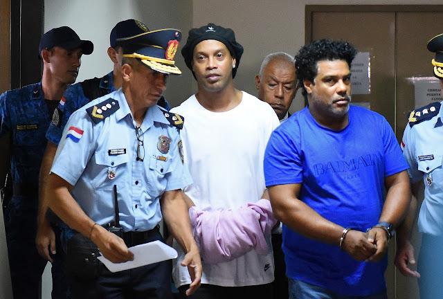 Ronaldinho Gaúcho chega algemado para audiência no Paraguai