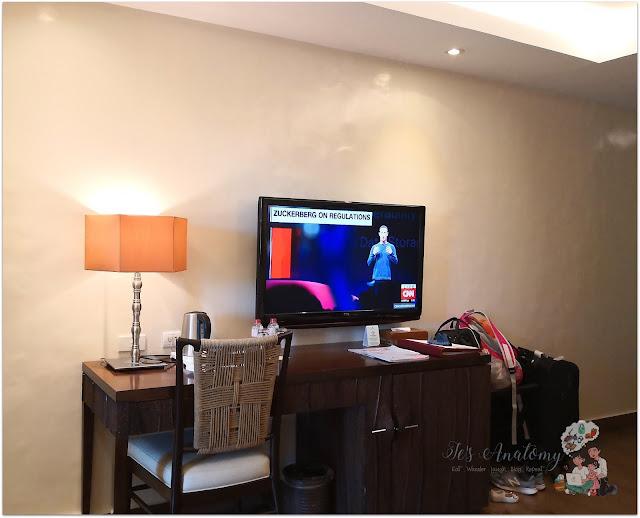 Crimson Resort and Spa Mactan TV and Study Area