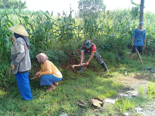 Kodim Sragen - Babinsa Kragilan Ajak Masyarakat Kerja Bakti Bersihkan Parit