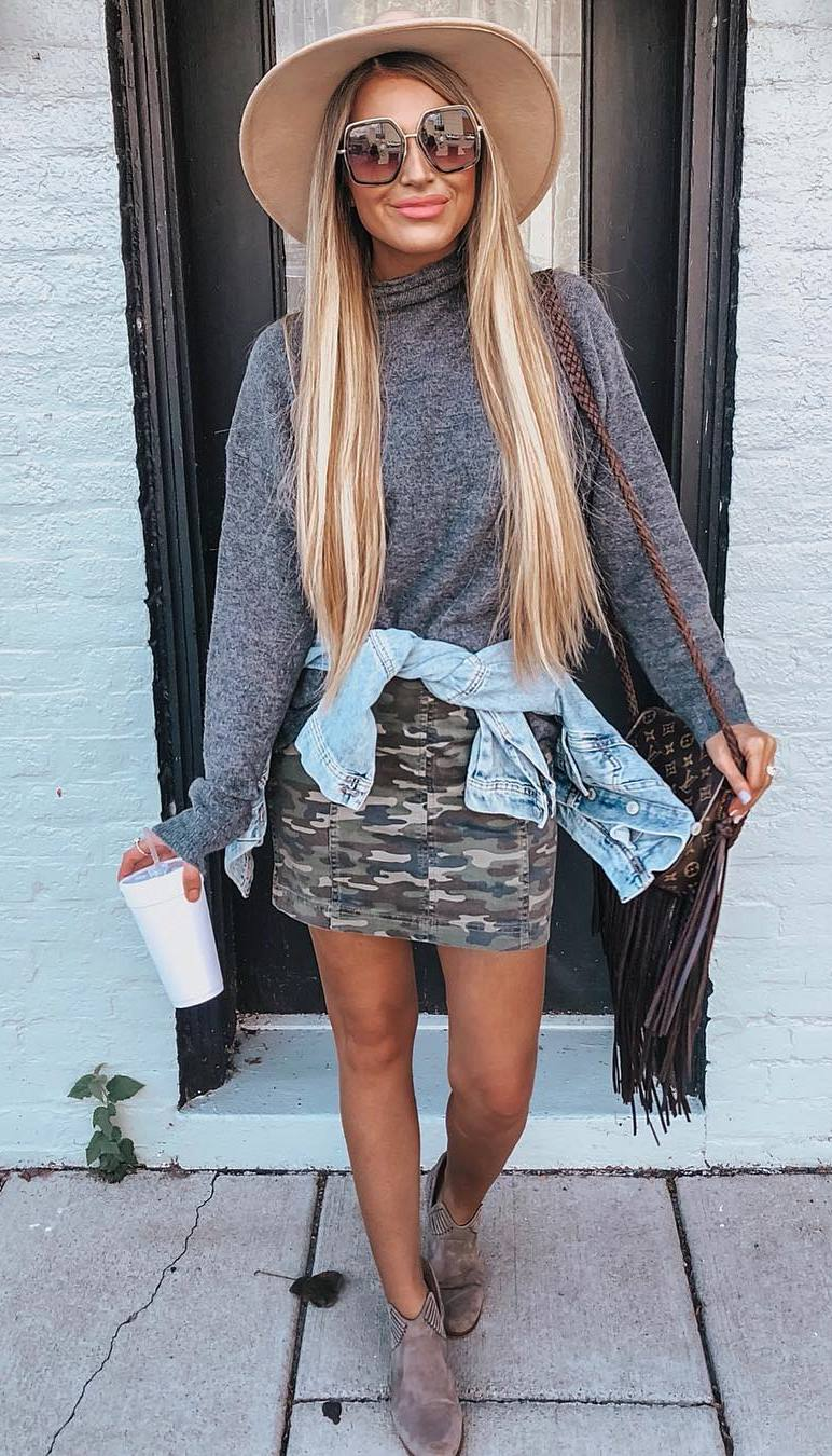 simple fall outfit / hat + grey sweater + boots + khaki skirt + denim jacket + bag