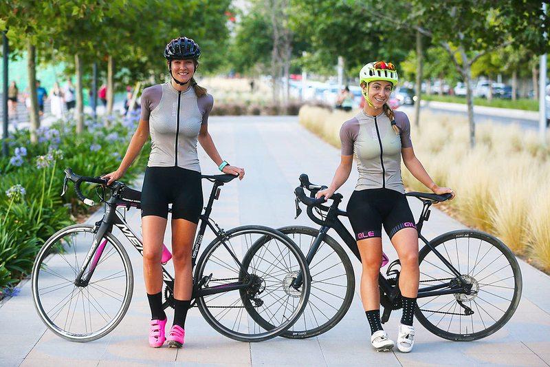 Las señas que usan las Reinas del Pedal para evitar accidentes en la ruta